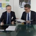 Dyrektor NCBJ Krzysztof Kurek, Dyrektor Generalny JRC Vladimir Sucha podczas podpisywania umowy, fot JRC